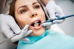 Manglende fortand – smil igen med en midlertidig kunstig tand